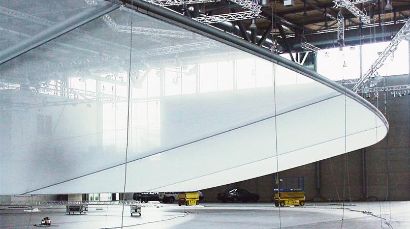 Präzise Verarbeitung und exakte Anpassung der Nähte an die Metallkonstruktion vor Ort.